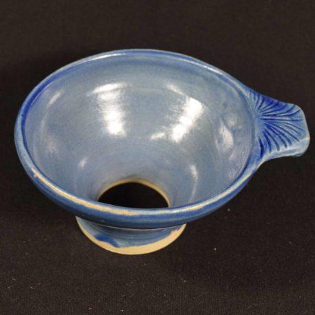 Entonnoir bleu Majorelle en gros plan, vue de côté